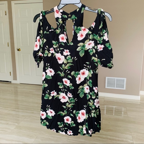American Eagle Outfitters Dresses & Skirts - Lightweight off the shoulder floral dress